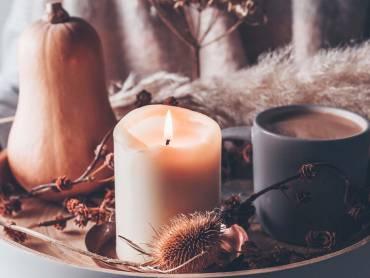 Bij Mabon passen kaarsen, pompoenen en warme dranken